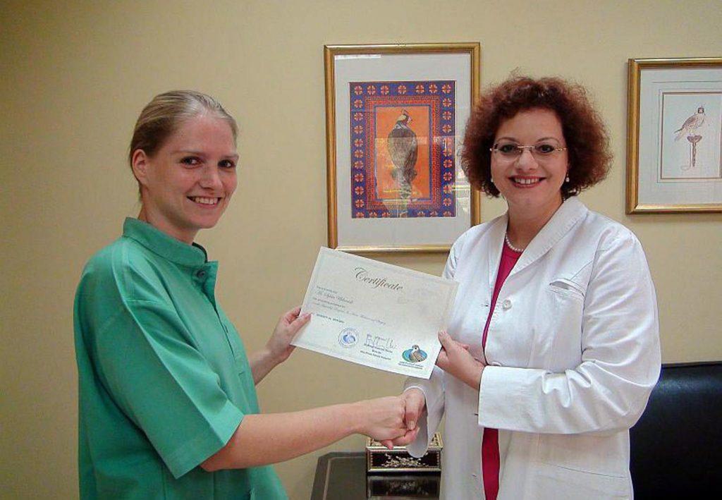 Die Direktorin Frau Dr. G. Müller überreicht das Zertifikat nach erfolgreich bestandener Prüfung
