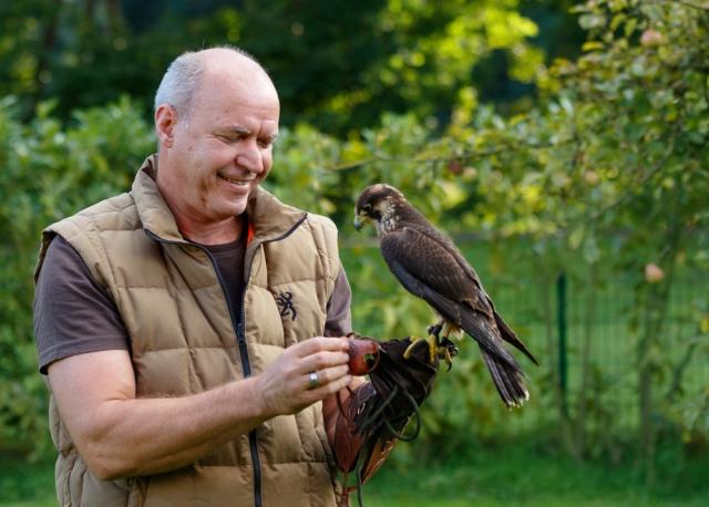 Detlef ist ein aktiver Falkner, der uns beim wichtigen Fitnessprogramm für unsere Pfleglinge unterstützt