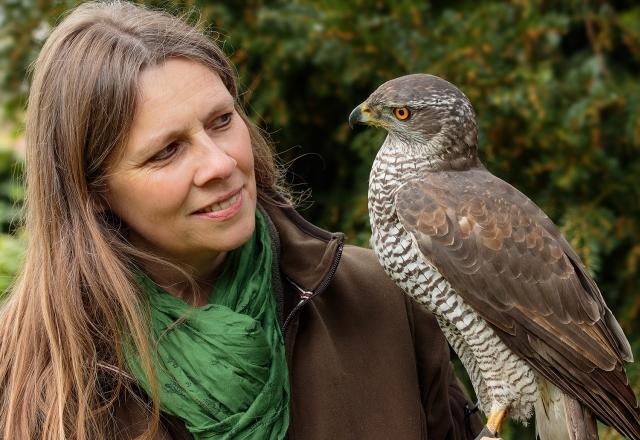 Falknerin Elke Ewert hilft uns aktiv bei unserer Arbeit